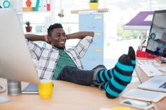 Męski wykonawczy relaksować przy jego biurkiem Obraz Royalty Free