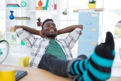 Męski wykonawczy relaksować przy jego biurkiem Fotografia Stock
