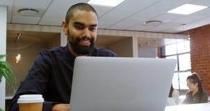 Męski wykonawczy używa laptop w biurowym bufecie 4k zbiory