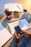 Męski wykonawczy używa telefon komórkowy przy jego biurkiem Zdjęcia Stock