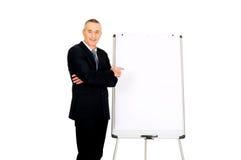 Męski wykonawczy wskazywać na trzepnięcie mapie Zdjęcie Stock