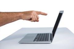 Męski wykonawczy wskazywać przy laptopem Obraz Stock