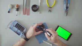 Męskich ręk remontowy obiektyw na popielatym stole zdjęcie wideo