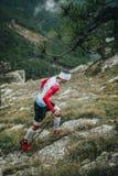 Męskie atlet wspinaczki na nożny ciężkim Zdjęcie Stock