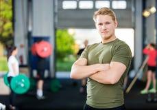 Męskie atlety pozyci ręki Krzyżować Przy Gym Obraz Royalty Free