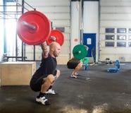 Męskie atlety w Przecinającym sprawności fizycznej pudełku Zdjęcia Royalty Free