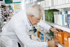 Męskie farmaceuty ułożenia medycyny Na półce W aptece Obraz Stock