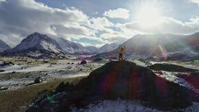 Męskie halnego arywisty dźwigania ręki z icepick na górze śnieżnego szczytu zbiory