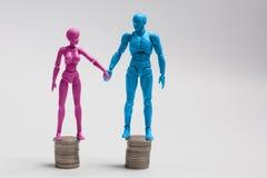 Męskie i żeńskie figurki trzyma na górze e Obrazy Stock