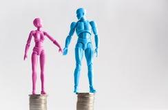 Męskie i żeńskie figurki trzyma ręki patrzeje each inny, st Obrazy Stock