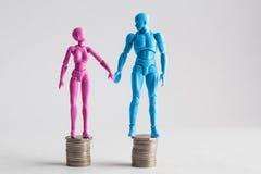 Męskie i żeńskie figurki trzyma ręki patrzeje each inny, st Fotografia Royalty Free