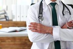 Męskie medycyny lekarki ręki krzyżowali na jego klatce piersiowej w biurze Fotografia Royalty Free