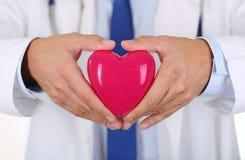 Męskie medycyny lekarki ręki trzyma czerwieni zabawkę kierowa Zdjęcia Stock