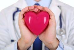 Męskie medycyny lekarki ręki trzyma czerwieni zabawkę kierowa Fotografia Stock