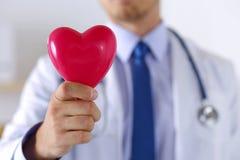 Męskie medycyny lekarki ręki trzyma czerwieni zabawkę kierowa Zdjęcie Stock