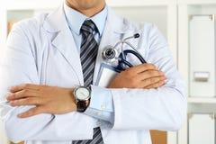 Męskie medycyny therapeutist lekarki ręki krzyżowali na jego klatce piersiowej Obraz Stock