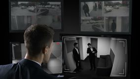 Męskie ochrona operatora dopatrywania inwigilacji kamery, bezprawna transakcja biznesowa zbiory wideo