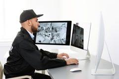 Męskie pracownika ochronego monitorowanie domu kamery zdjęcie stock