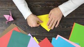 Męskie ręki bierze koloru żółtego papier zdjęcie wideo