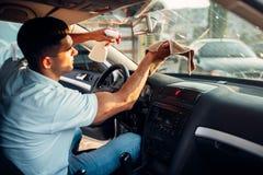 Męskie ręki czyścą samochód Zdjęcia Royalty Free