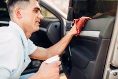Męskie ręki czyścą samochód Fotografia Royalty Free
