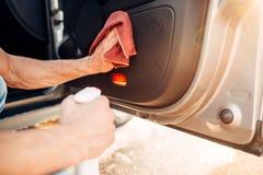 Męskie ręki czyścą samochód Fotografia Stock
