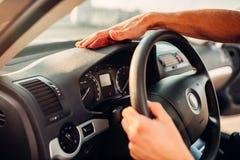 Męskie ręki czyścą samochód, samochodowy deski rozdzielczej froterowanie Obrazy Royalty Free