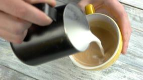 Męskie ręki, latte sztuka zbiory wideo