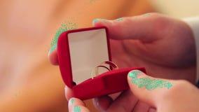 Męskie ręki otwierają zamkniętego pudełko z obrączkami ślubnymi zbiory