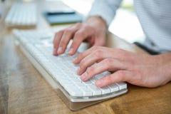 Męskie ręki pisać na maszynie na klawiaturze Obrazy Stock