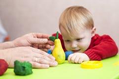 Męskie ręki pokazują dziecko plasteliny bonkrety Obraz Stock