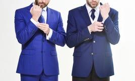 Męskie ręki przystosowywa garnitur zamkniętego w górę Ufny w jego stylu Ludzie biznesu wybierają formalną odzież codzienny obraz royalty free