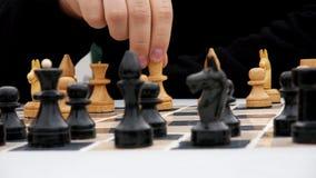 Męskie ręki robią ruchowi na chessboard zbiory wideo