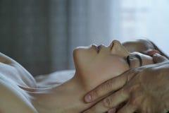 Męskie ręki robią twarz masażowi dla dziewczyny Obrazy Royalty Free