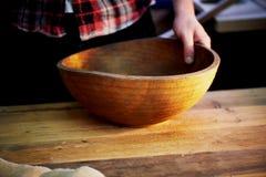 Męskie ręki trzyma drewnianego wielkiego puchar Nawierzchniowy traktowanie w warsztacie Zdjęcie Royalty Free