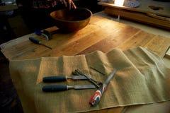 Męskie ręki trzyma drewnianego wielkiego puchar Nawierzchniowy traktowanie w warsztacie Fotografia Royalty Free