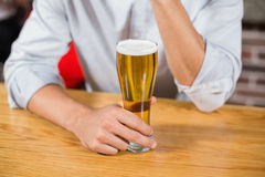 Męskie ręki trzyma piwo Fotografia Stock