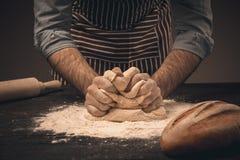 Męskie ręki ugniatają ciasto Zdjęcie Royalty Free