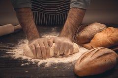 Męskie ręki ugniatają ciasto Obrazy Stock
