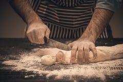 Męskie ręki ugniatają ciasto Zdjęcie Stock