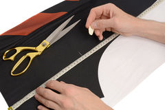 Męskie ręki zaznaczają miejsce tkaniny cięcie Obrazy Stock