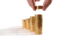 Męskie ręki zrywania euro monety wypiętrzali w stertach Obraz Stock