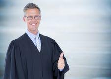 Męskie sędzia aprobaty przeciw rozmytemu błękitnemu drewnianemu panelowi Zdjęcie Royalty Free