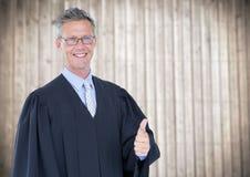 Męskie sędzia aprobaty przeciw rozmytemu drewnianemu panelowi Obrazy Stock