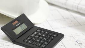 Męskiego architekta sprawdza liczby na projekcie zbiory