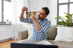 Męskiego blogger wideo magnetofonowy przegląd mądrze zegarek zdjęcia stock