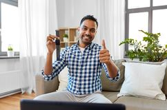 Męskiego blogger wideo magnetofonowy przegląd mądrze zegarek fotografia royalty free