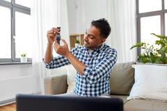 Męskiego blogger wideo magnetofonowy przegląd mądrze zegarek zdjęcie stock