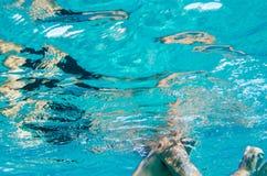 Męskiego ciała podwodny dopłynięcie w jasnym błękitnym morzu i twarzy Obrazy Stock