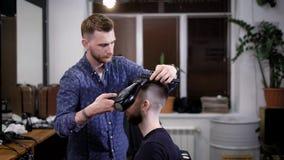 Męskiego fryzjera męskiego wykończeniowy ostrzyżenie On suszy klientów włosianych z włosianą suszarką i gręplą Fryzjera męskiego  zbiory wideo